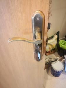 colocamos cerraduras con llave en puertas de interior en la zona de Urbaova